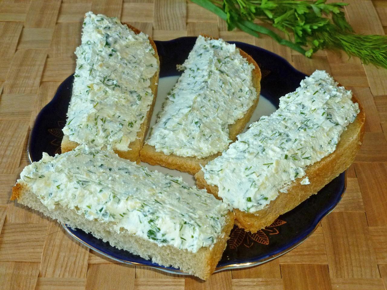 Бутерброды творог, зелень, сыр, майонез.