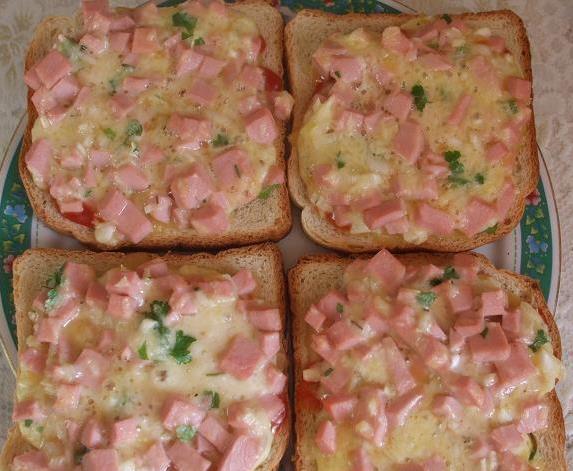 Горячие бутерброды сыр, колбаса, лук, яйца, кетчуп. Запекаем в духовке.