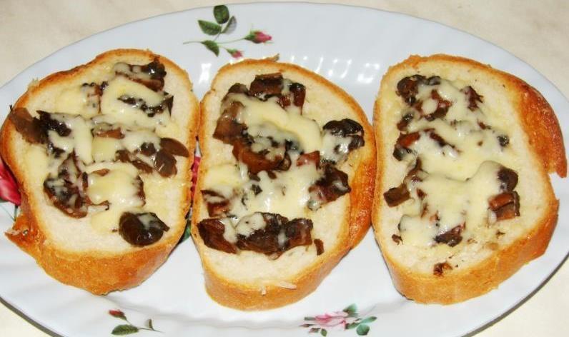 Горячие бутерброды сыр, шампиньоны, соевый соус. Запекаем в микроволновке.