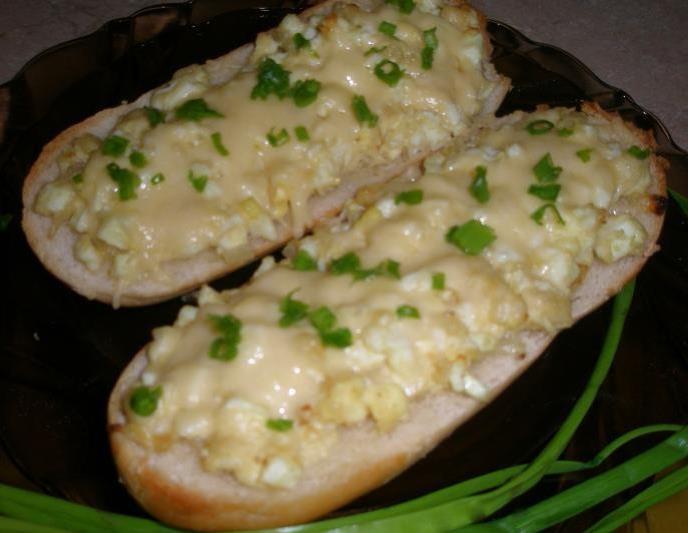 Горячие бутерброды сыр, яйца, лук, масло, горчица, специи. Запекаем в духовке.