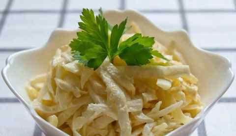 Салат из вареного сельдерея. Добавляем нежности сыром и яблоком.