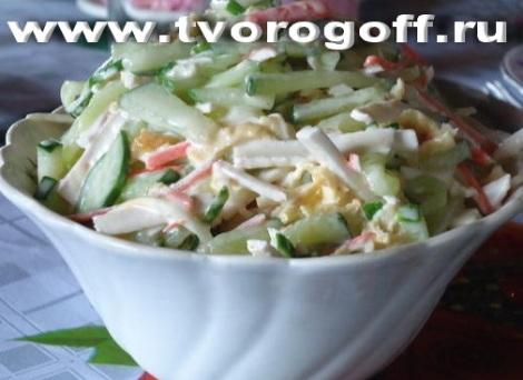Салат огурцы плавленый сыр. Добавляем картофель с яйцами.