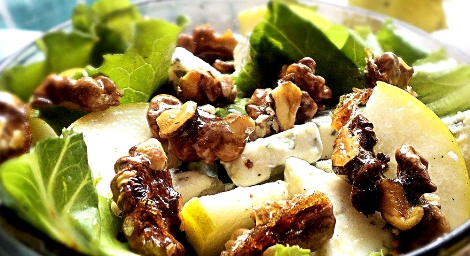 Салат с сыром рокфор и грушей. Украшаем орехами в карамели.