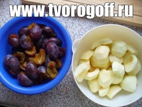 Салат фруктовый из яблок, слив. Заправляем сметаной и сахаром.