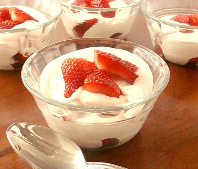 Творожный крем сметана, яйца, масло, ванилин. Нежный воздушный десерт.