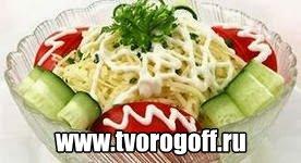 Салат сыр, рис, сметана, огурцы, помидоры. Вкусный, простой салат.