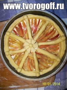 Оформляем пирог тестовыми колбасками.
