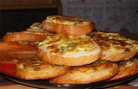 Яйца запеченные в сметаной заправке.