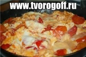 Омлет белковый с помидорами, сыром, чесноком