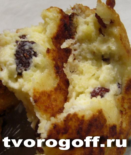 Сырники, орехово-изюмная добавка, сметана