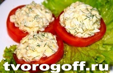 Сырок, чеснок, яйца на помидоре