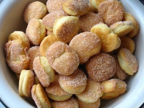 Печенье Сметанное из сметаны на маргарине с сахаром.