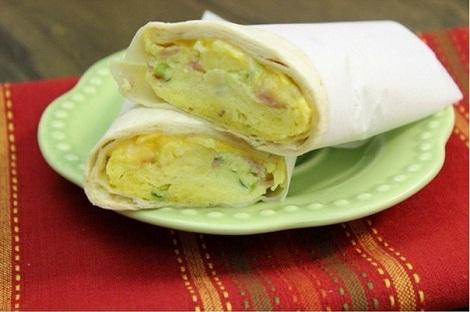 Буррито с сыром, яйцами, ветчина, зелень. Закуска из жаркой Мексики.