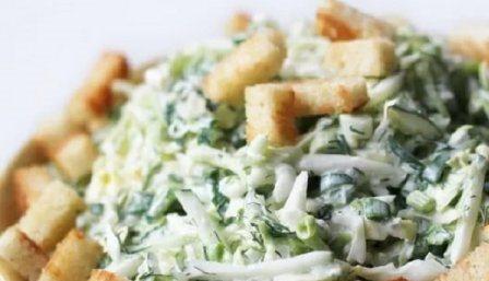 Легкий салат сыр, сухарики, капуста, анчоусы, горошек. Сытная закуска.