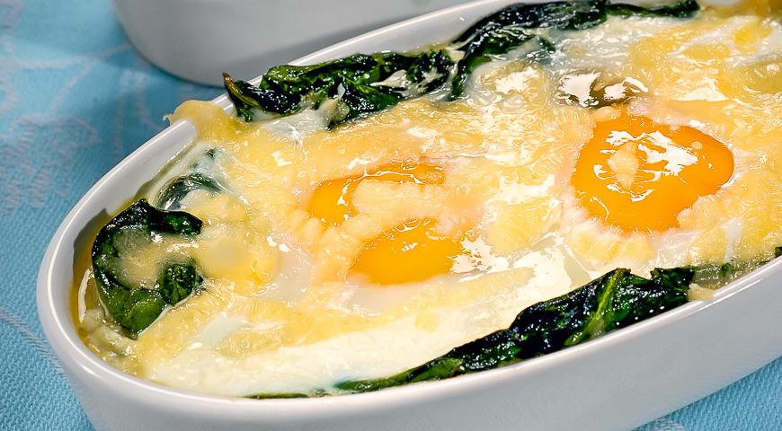 Запеченные яйца сыр, шпинат, сливки. Вкусный завтрак из духовки.