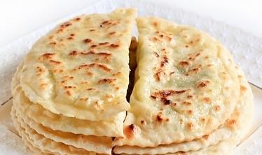 Кутабы картошка, сыр, зелень. Плоские пирожки кухня Азербайджана.