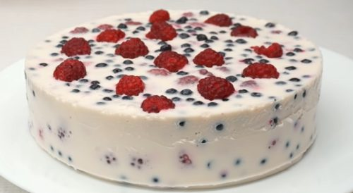 Торт без выпечки сметана фрукты. Сметанный десерт с ягодами.
