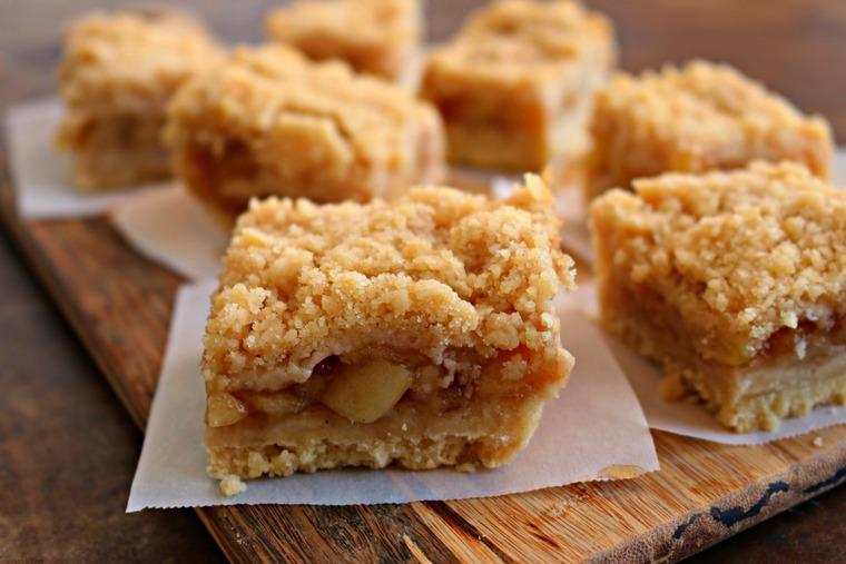 Крамбл яблочный рецепт классический. Тушеные яблоки под крошкой.