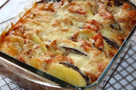 Запеканка из баклажан и картошки. Посыпаем сыром и орехами.