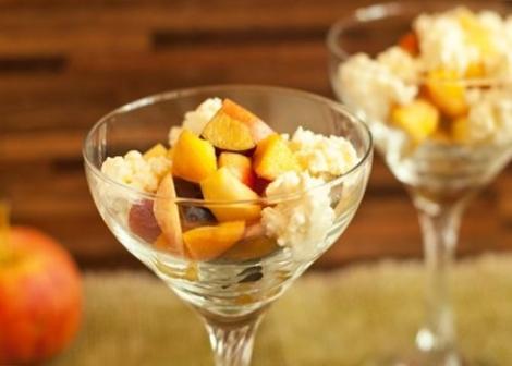 Салат с творогом и фруктами. Осенний урожай свежих фруктов утром.