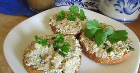 Паштет из соленой скумбрии. Используем яйца, творог и чеснок.