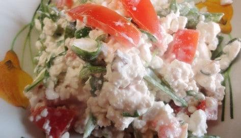 Салат с творогом помидорами чесноком. Нежная и легкая закуска.