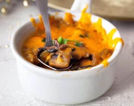 Грибы в сметанном соусе жульен. Красивое румяное объедение.
