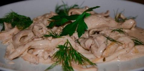 Кальмары с грибами в сметанном соусе. Очень нежное угощение.