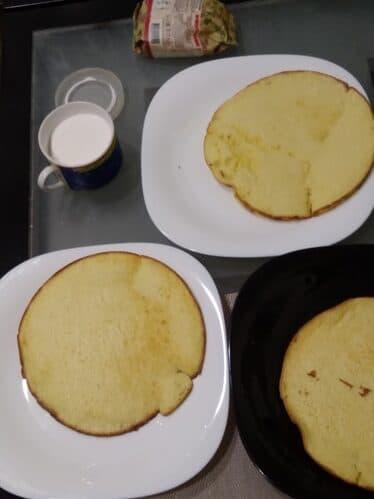 Торт тесто на сгущенке.  А крем из сметаны и сахарной пудры.